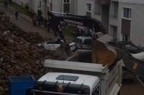 İŞ MAKİNASI - Trabzon'da Çöken İstinat Duvarın Altında Kalan Araçlar Çıkartıldı
