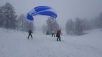 YAMAÇ PARAŞÜTÜ - Gediz Muratdağı Termal Kayak Merkezi'nde 'Paraşüt Ve Kayak' Keyfi