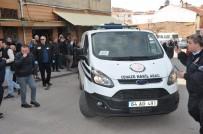 İNŞAAT FİRMASI - Uşak'ta Çatıdan Düşen 2 İşçiden Biri Öldü, Diğeri Ağır Yaralandı