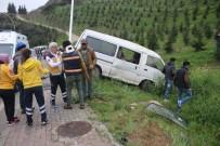 İSTANBUL YOLU - İnşaat İşçilerini Taşıyan Minibüs Elektrik Direğine Çarptı Açıklaması 5 Yaralı
