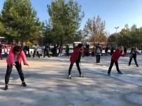 SPOR MERKEZİ - Kartepeli Kadınlar Sabah Sporu Yaptı