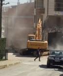 İNŞAAT İŞÇİLERİ - Şehrin Göbeğinde Hiçbir Güvenlik Önlemi Almadan Yıkım Çalışması Yaptılar