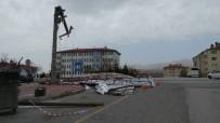 Niğde'de Rüzgar Elektrik Direğini Kırdı, Çatı Uçurdu