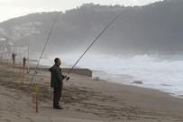 ALI KURT - Alanya'da Dalgaya Karşı Olta Attılar