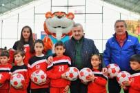 METİN ÖZKAN - Körfez'de 1000 Futbol Topu Dağıtıldı