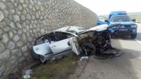 Otomobil Beton Duvara Çarptı  Açıklaması 2 Yaralı