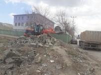 ÇÖKME TEHLİKESİ - Tuşba'da Tehlike Oluşturan Metruk Yapılan Yıktırılıyor