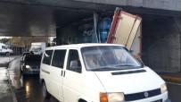 Zeytinburnu'nda Kamyon Alt Geçide Sıkıştı