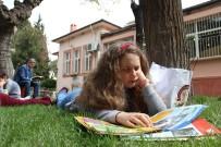 LOKMAN HEKIM - Çimlerin Üzerinde Kitap Okumanın Keyfini Yaşadılar