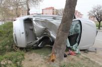 Kontrolden Çıkan Otomobil Ağaca Çarptı Açıklaması 2 Yaralı