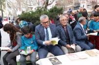 Öğrenciler Parkta Kitap Okudu