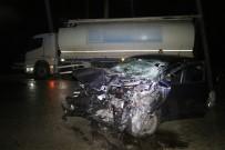 AHMET ÖZTÜRK - Otomobil Kamyona Çarptı Açıklaması 2 Ölü, 1 Yaralı