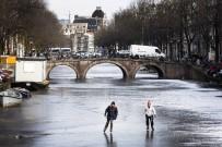 BUZ PATENİ - Donan kanalda buz pateni