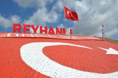 Bayrak Tepe'ye Dev Türk Bayrağı Ve Işıklı 'Reyhanlı' Tabelası