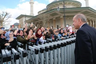 Cuma Namazını Millet Camii'nde Kılan Vatandaşlardan Cumhurbaşkanı Erdoğan'a Sevgi Seli