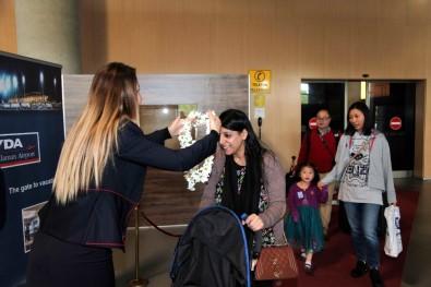 İngiliz Turistler Dalaman'da Çiçeklerle Karşılandı