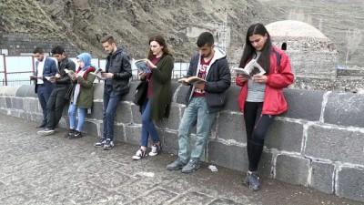 Kitap Ve Tarihi Mekanlara Kitap Okuyarak Dikkati Çektiler