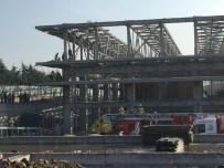 İTFAİYE MERDİVENİ - Okmeydanı'nda Spor Salonu İnşaatında İşçiler Çatıdan Düştü