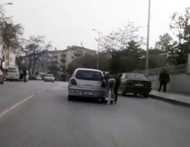 Patenli Gençlerin Otomobil Arkasında Tehlikeli Yolculuğu