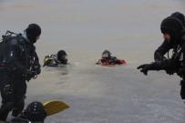 DENİZ POLİSİ - Polis Aracının Dereye Devrilmesi Sonucu Kaybolan Polisi Denizde Dalgıçlarla Arama Çalışmaları Bu Sabah Başladı