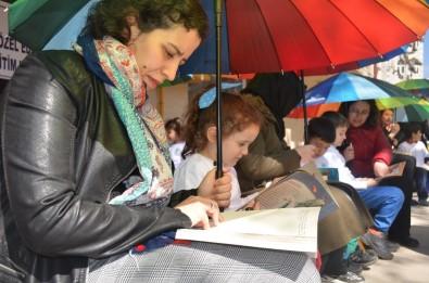 Rengarenk Şemsiyelerin Altında Kitap Okudular
