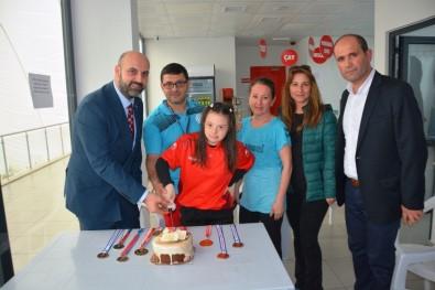 Şampiyon Yüzücüye Pastalı Kutlama