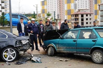 Yoldan Çıkan Araç, Park Halindeki Otomobile Çarptı Açıklaması 3 Yaralı