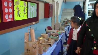 Afgan Çocuğun Karton Figürleri İlgi Odağı Oldu
