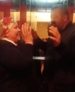 Ahırda Eşiyle Dans Eden Madenci Bu Kez Asansörde Şarkı Söyledi