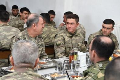 Akar Askerlerle Yemek Yedi