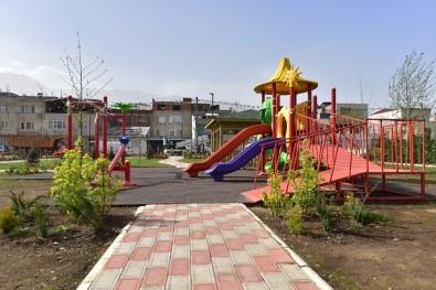 Bu Parkta Çocuklar Hem Oynayacak, Hem Dalından Meyve Yiyecek