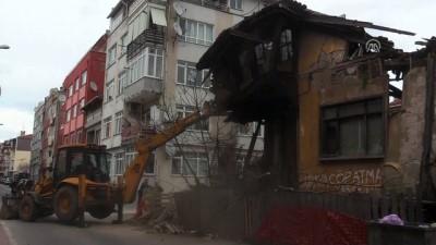 Edirne'de Metruk Binanın Bir Bölümü Yola Yıkıldı