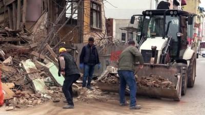 GÜNCELLEME - Edirne'de Metruk Binanın Bir Bölümü Yola Yıkıldı