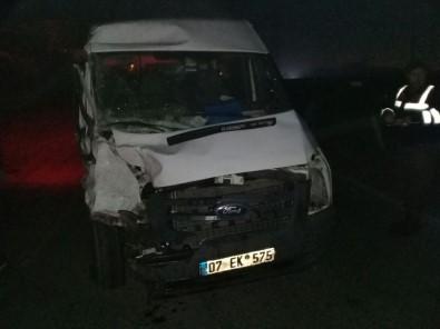 İzmir'de Minibüs İle Tır Çarpıştı Açıklaması 4 Yaralı