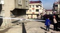 KANARYA MAHALLESİ - Küçükçekmece'de Duvarlarında Çatlaklar Oluşan Bina Boşaltıldı