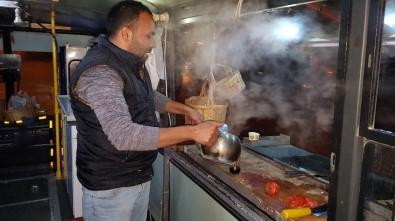 Mobil Sucuk Ekmek Tezgahıyla Müşterilere Şehir Turu