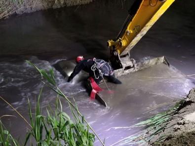 Nehre Düşen Otomobilin Tavanına Çıkarak Hayatta Kaldı