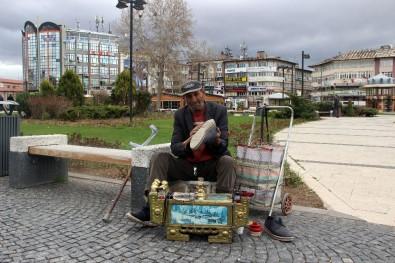 Tek Bacağıyla Boyacılık Yaparak Üç Çocuk Okutuyor