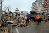 ŞİDDETLİ RÜZGAR - Yozgat'ta Şiddetli Rüzgar Çatıları Uçurdu, 1 Kişi Yaralandı