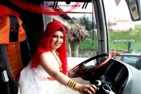 GELİN ARABASI - Gelinliğiyle otobüs direksiyonuna geçti