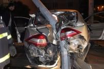 YARALI KADIN - (Özel) Alkollü Sürücünün Kullandığı Otomobil Direğe Saplandı Açıklaması1 Yaralı