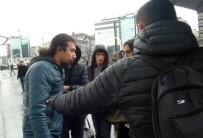 SİVİL POLİS - (Özel) Erkek Arkadaşından Yol Ortasında Şiddet Gören Kadına Engelli Bir Vatandaş Yardım Etti