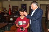 İŞİTME CİHAZI - Başkan Karalar'dan Engellilere İşitme Cihazı Ve Protez Ayak