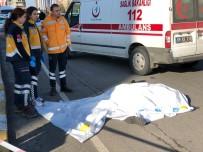 OTOBÜS DURAĞI - Kaldırımda Beklerken Aniden Yola Düştü, Kamyonun Altında Kaldı