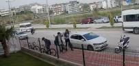 SAĞLIK MESLEK LİSESİ - Motosikletin Ön Tekerleğini Kaldırarak Sürdü, Okul Servisine Arkadan Çarptı