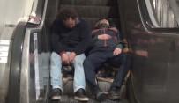 TAKSIM MEYDANı - Taksim'de Yürüyen Merdivenlerde  Yürekleri Sızlatan Görüntü