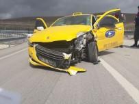 TİCARİ TAKSİ - Ticari Taksi Bariyerlere Çarptı Açıklaması 1 Yaralı