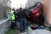 PİRİ REİS - Otomobil Takla Atıp Garaja Çarptı Açıklaması 4 Yaralı