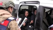 JANDARMA KARAKOLU - Jandarma Bu Kez Karanfil Vermek İçin Araçları Durdurdu