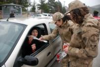 KADIN POLİS - Jandarmadan Yağmur Altında Kadınlar Günü Kutlaması